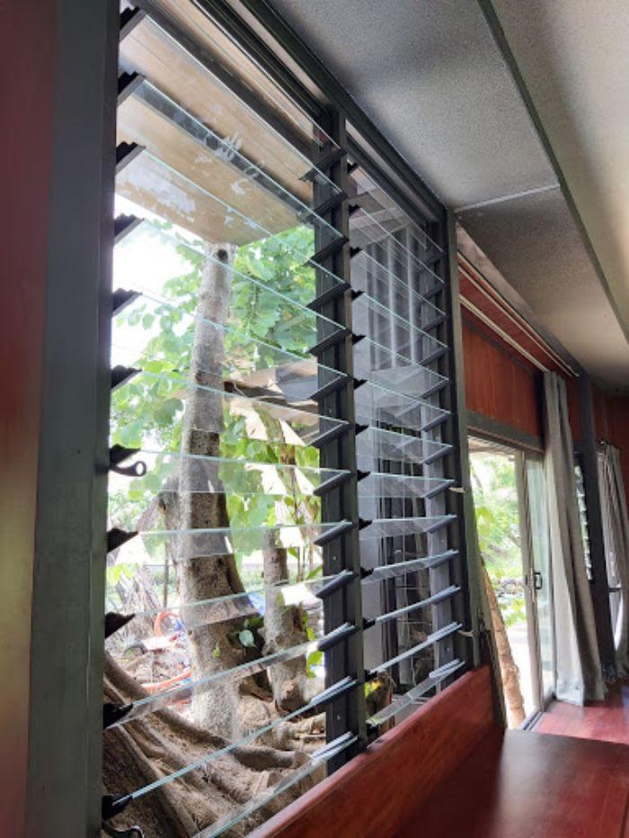 Cửa sổ chớp lật có dạng cánh xếp chồng hạn chế nước mưa bắn vào nhà