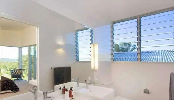 Cửa sổ nhôm kính chớp lật được lắp đặt trong phòng tắm
