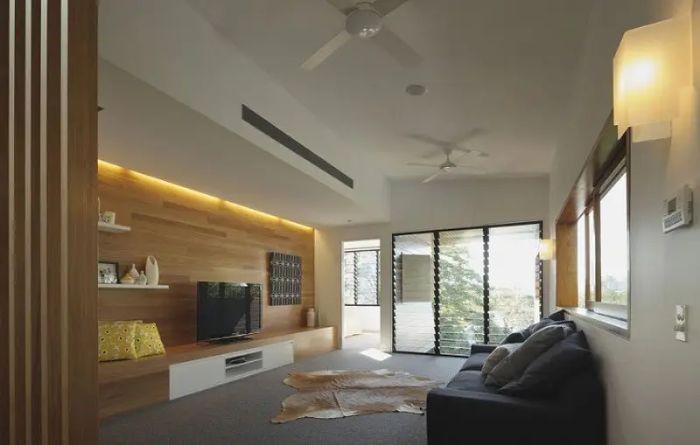 Cửa sổ nhôm kính chớp lật được lắp ở phòng khách sẽ tăng thêm ánh sáng cho không gian