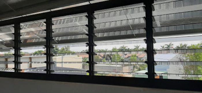 Hệ thống cửa sổ nhôm kính chớp lật được lắp đặt tại văn phòng