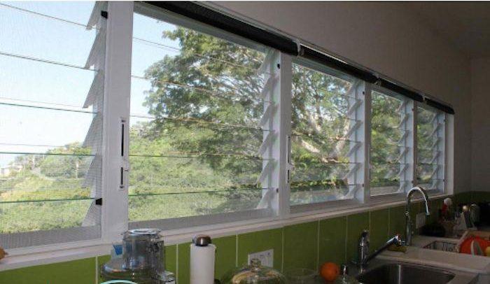 Cửa sổ chớp lật lắp trong nhà bếp
