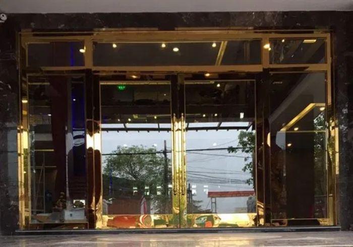 Cửa inox mạ vàng cho phòng khách mẫu 2