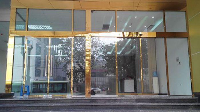 Cửa kính khung inox mạ vàng mở trượt mẫu 3