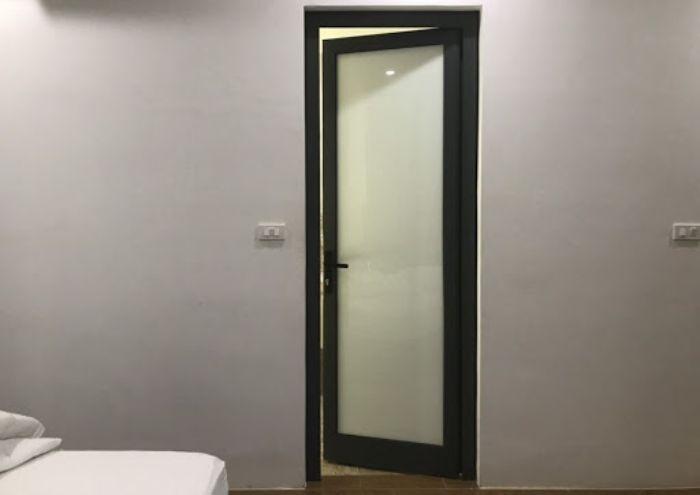 Cửa nhôm kính 1 cánh phòng ngủ mở quay mẫu 7
