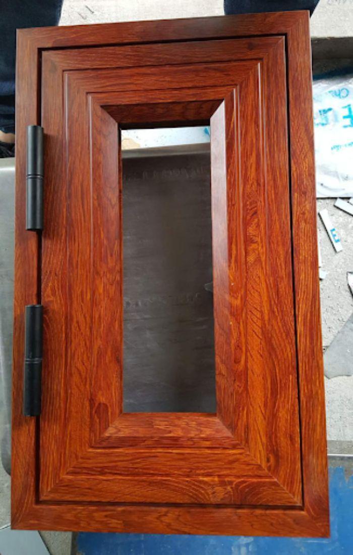 Cửa nhôm kính xingfa 1 cánh giả gỗ mẫu 1