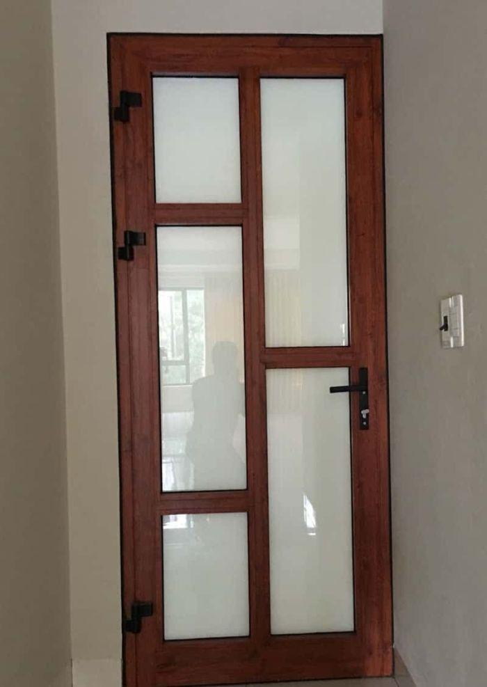 Cửa nhôm kính xingfa 1 cánh giả gỗ mẫu 2