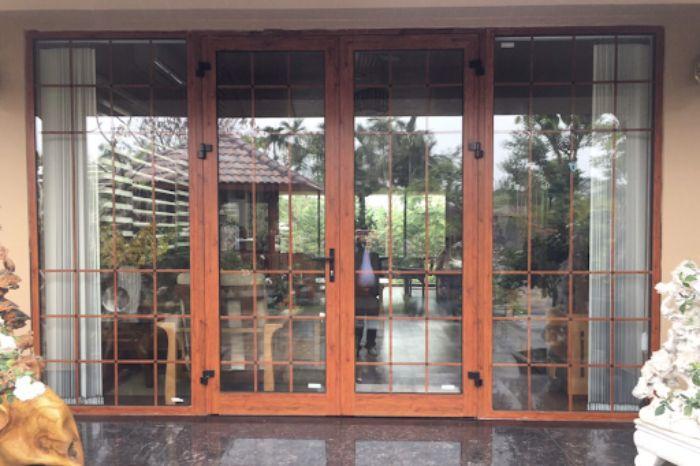 Cửa nhôm Xingfa chia ô vân gỗ mẫu 1