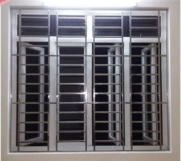 Cửa sổ 4 cánh màu trắng có khung chắn bằng inox