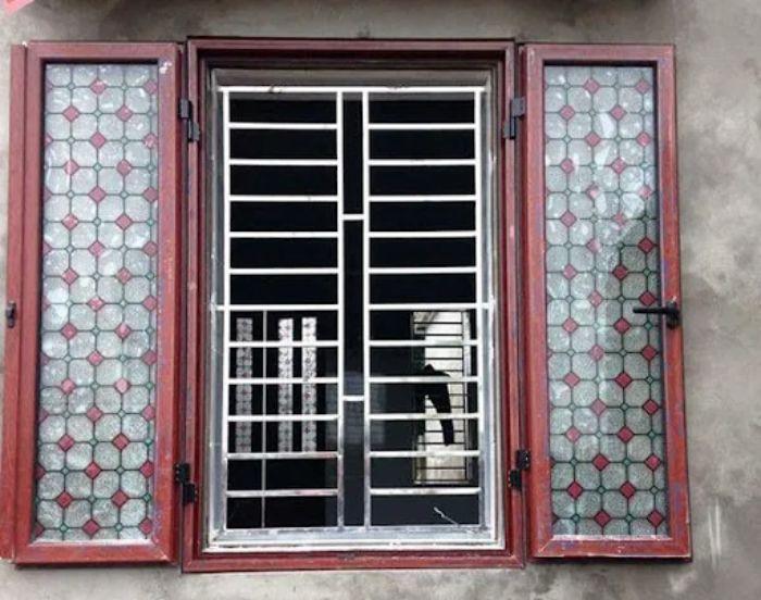 Cửa sổ inox 2 cánh có kết hợp với kính màu