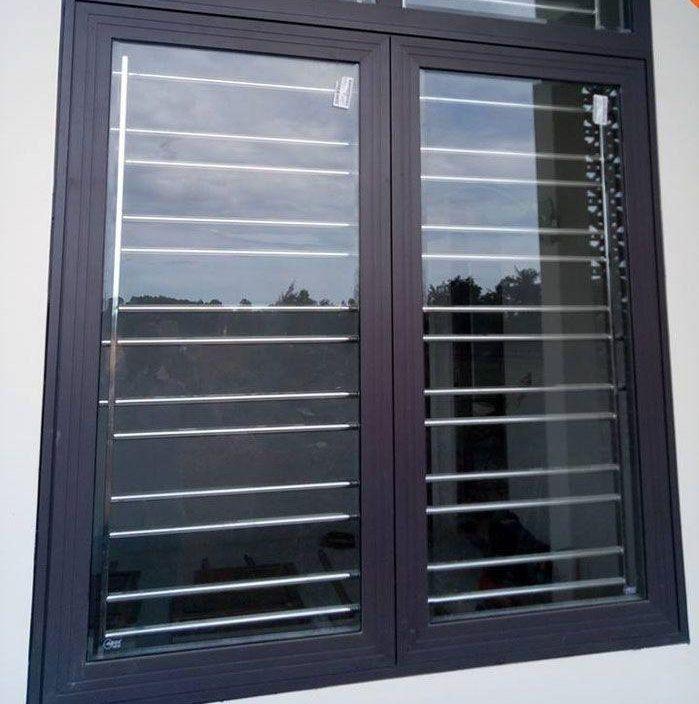 Cửa sổ inox 2 cánh màu đen có song chắn