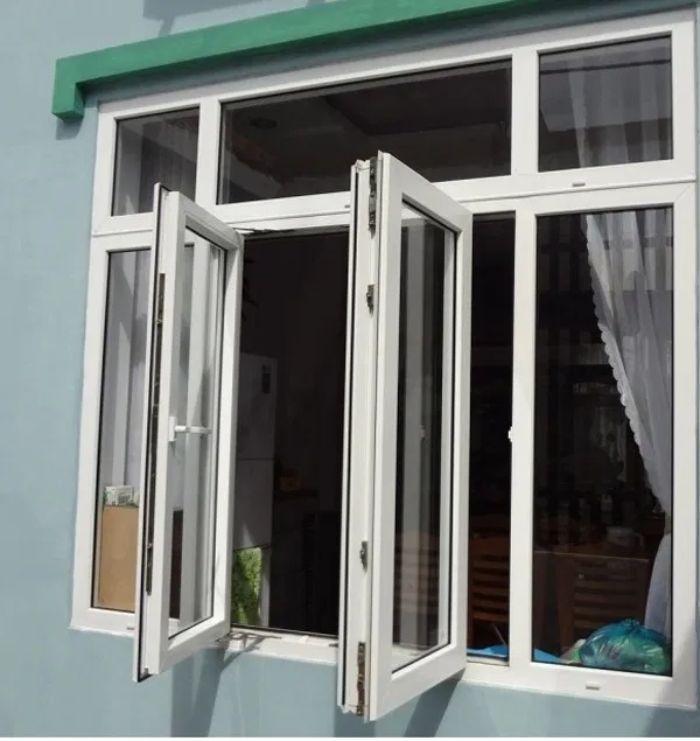 Cửa sổ nhôm kính mở quay 2 cánh màu trắng kết hợp với vách kính trong