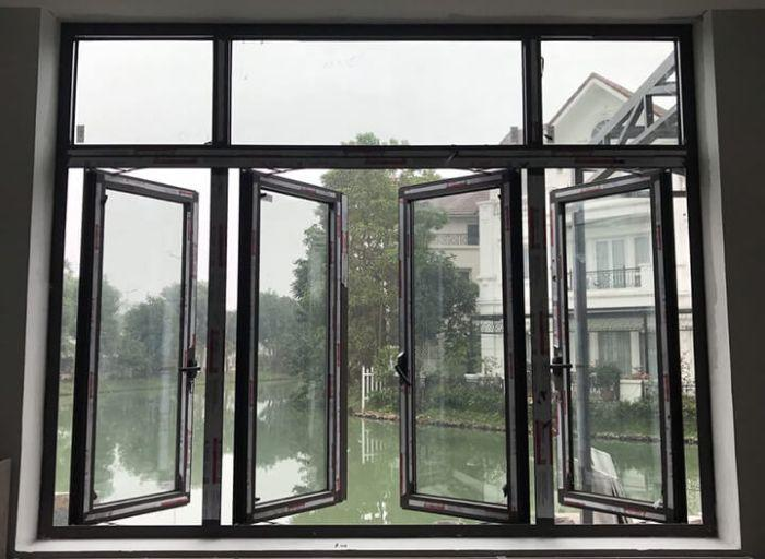 Cửa sổ nhôm kính mở quay 4 cánh màu đen kết hợp cùng vách kính trong bên trên