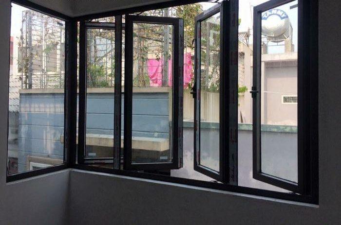 Cửa sổ nhôm kính mở quay 4 cánh màu đen và 1 vách kính trong