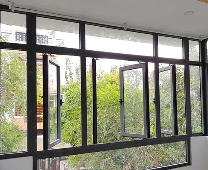 Cửa sổ nhôm kính mở quay 4 cánh màu đen có vách kính trong bao quanh