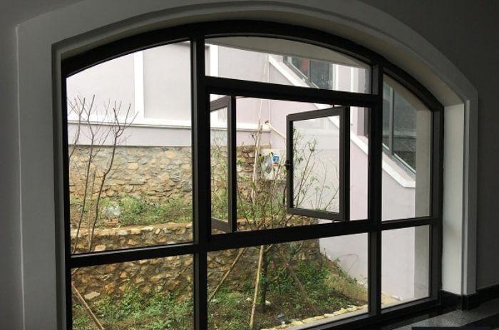 Cửa sổ nhôm kính mở quay mái vòm 2 cánh kết hợp cùng vách kính trong