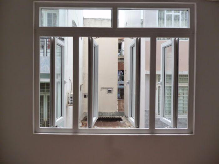 Cửa sổ nhôm kính mở quay màu trắng 1 cánh kết hợp với loại 2 cánh