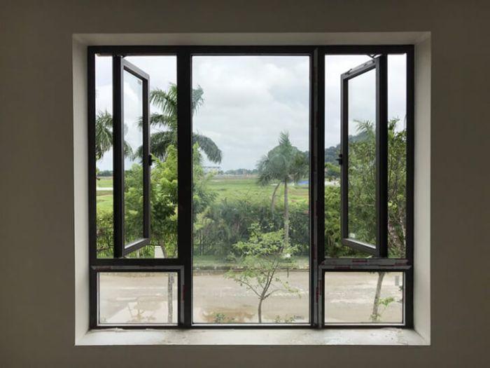 Cửa sổ nhôm kính mở quay 1 cánh màu đen kết hợp với vách kính trong