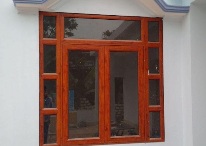 Mẫu cửa sổ nhôm kính 2 cánh sơn giả gỗ mở quay