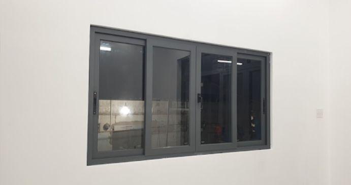 Mẫu cửa sổ nhôm kính 4 cánh trượt lùa màu đen
