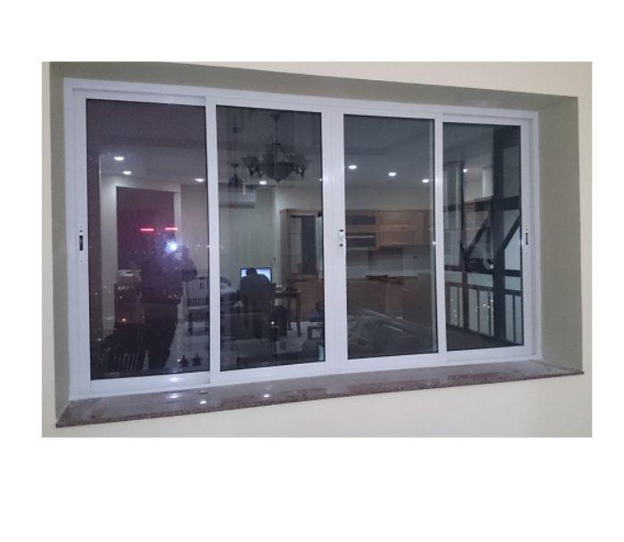 Mẫu cửa sổ nhôm 4 cánh trượt lùa màu trắng có lắp kính màu đen