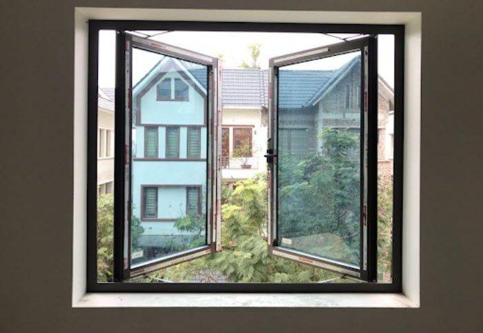 Mẫu cửa sổ nhôm 2 cánh mở quay màu đen có lắp kính màu xanh