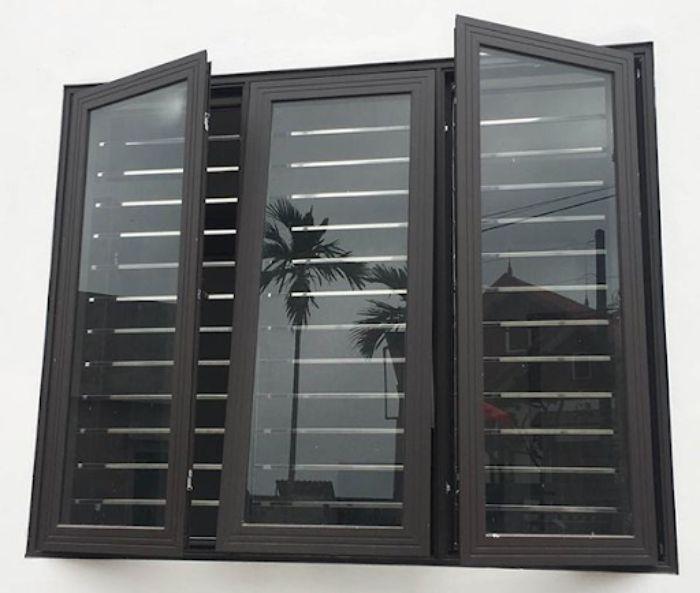 Mẫu cửa sổ nhôm kính 3 cánh màu đen kết hợp mở quay và mở hất