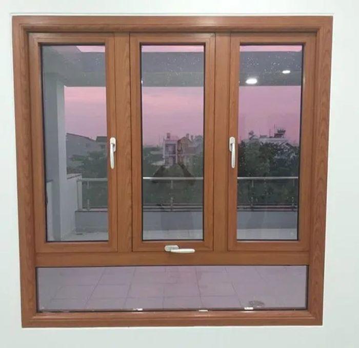 Mẫu cửa sổ nhôm kính vân gỗ 3 cánh kết hợp mở xoay và mở hất