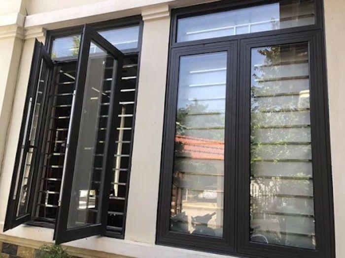 Mẫu cửa sổ nhôm kính 2 cánh màu đen mở quay