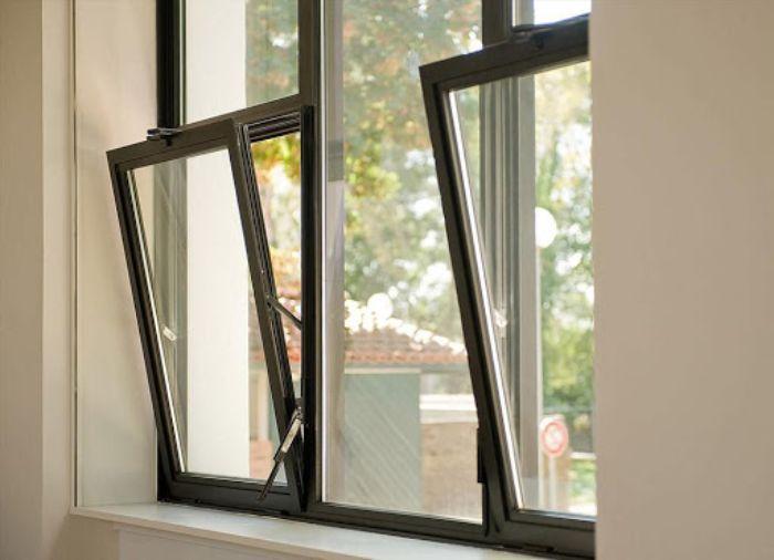 Mẫu cửa sổ nhôm kính mở lật trên 2 cánh màu đen