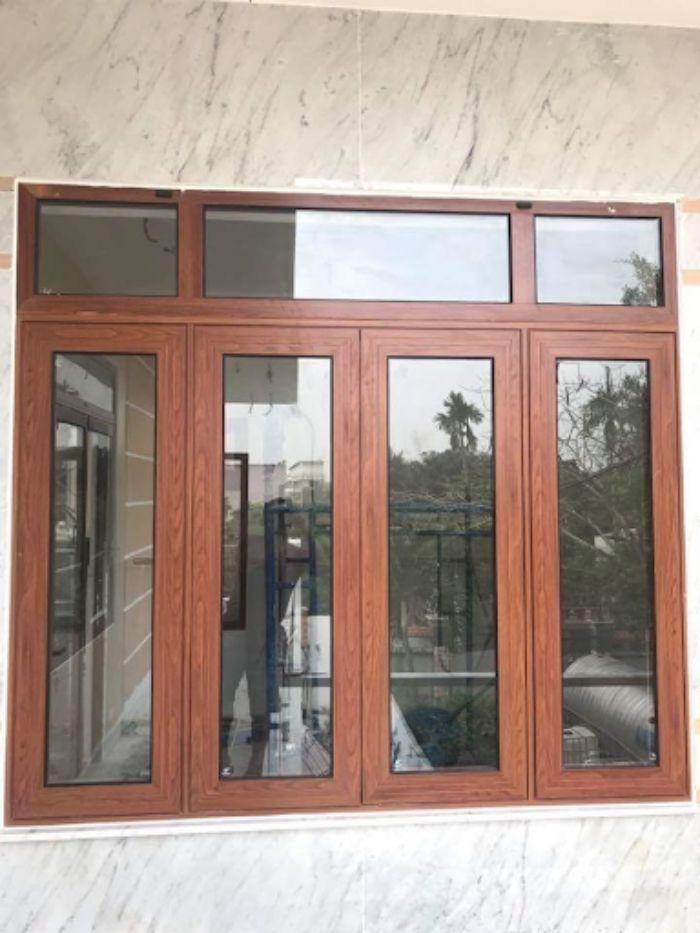 Cửa sổ nhôm kính sơn tĩnh điện giả vân gỗ 4 cánh mở dạng quay