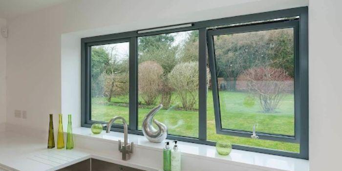 Cửa sổ nhôm kính sơn tĩnh điện màu đen 1 cánh mở dạng hất kết hợp cùng vách kính trong