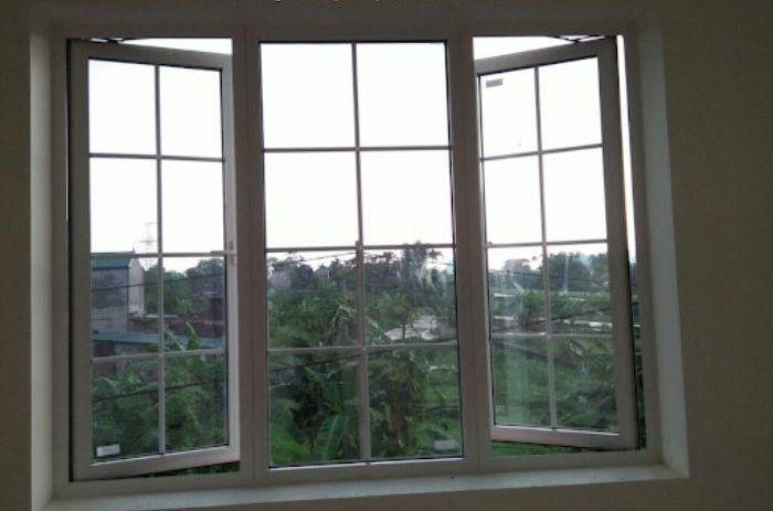 Cửa sổ nhôm kính sơn tĩnh điện màu trắng 2 cánh mở dạng quay kết hợp cùng vách kính trong chia ô