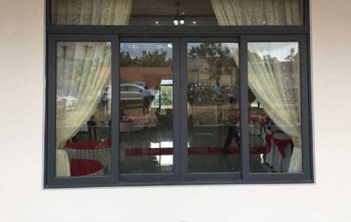 Cửa sổ nhôm kính Xingfa hệ 65 màu đen 4 cánh mở trượt