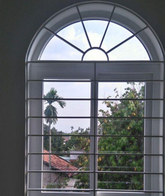 Cửa sổ sắt 2 cánh mái vòm màu trắng chia ô