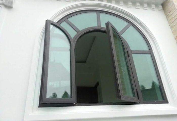 Cửa sổ sắt 2 cánh mái vòm màu đen chia ô