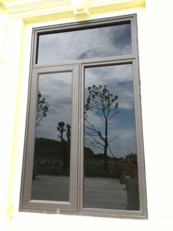 Cửa sổ sắt 2 cánh màu trắng sơn tĩnh điện có song sắt tạo hình nghệ thuật