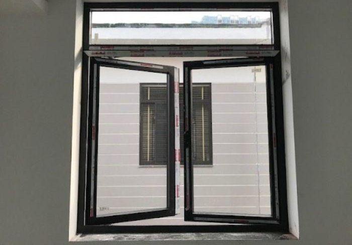 Cửa sổ sắt 2 cánh mở quay màu đen