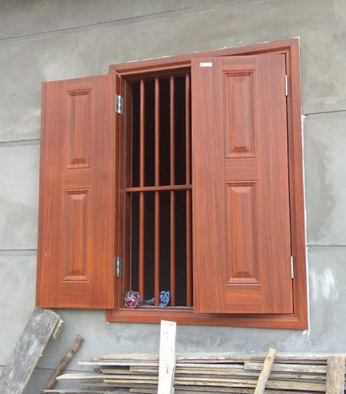 Cửa sổ sắt 2 cánh giả gỗ mang lại vẻ cổ điển