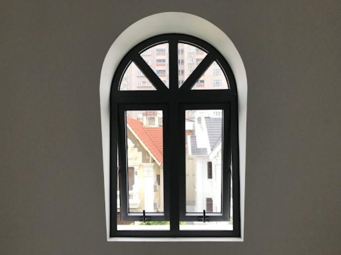 Cửa sổ sắt 2 cánh mở hất màu đen mái vòm