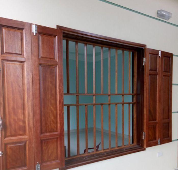 Cửa sổ sắt 2 cánh giả gỗ có thiết kế song chắn
