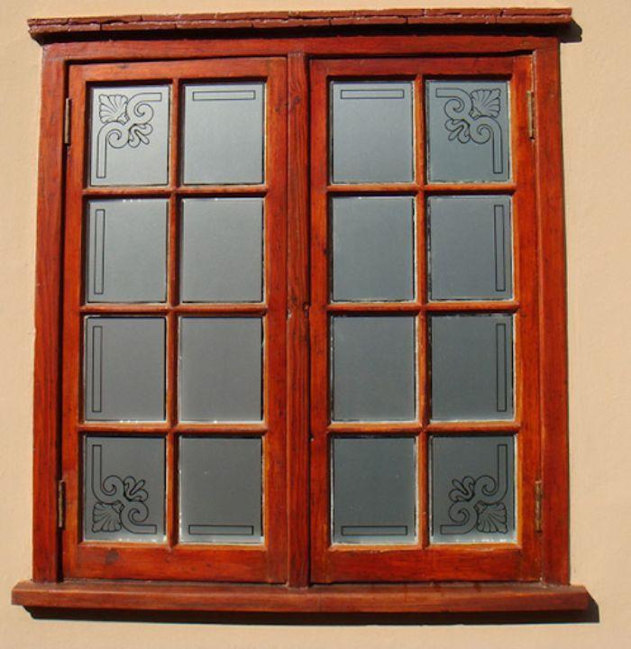 Cửa sổ sắt 2 cánh giả gỗ có hoa văn trang trí trên cánh cửa