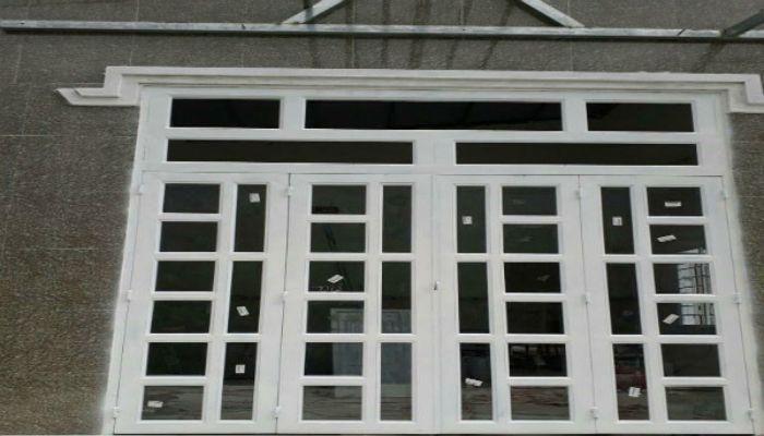 Cửa sổ sắt kính có thiết kế không quá cầu kỳ phức tạp