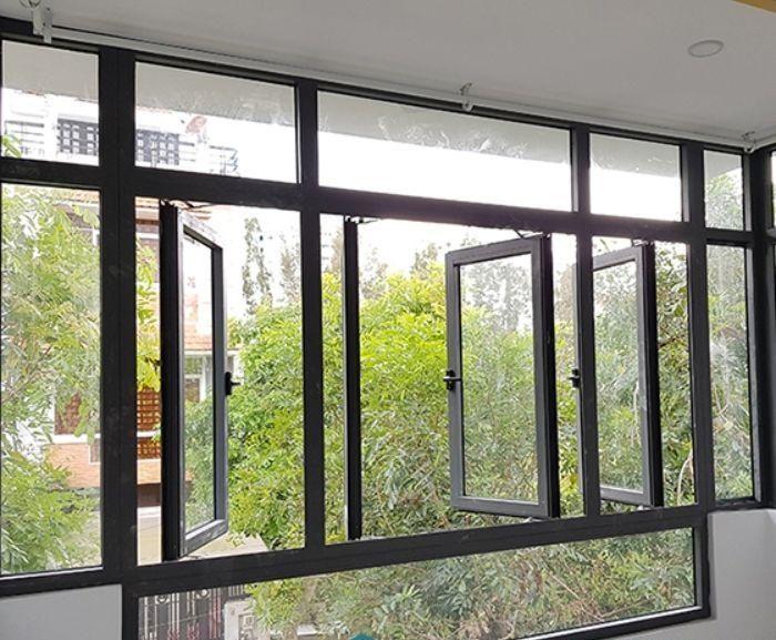 Cửa sổ sắt kính 4 cánh màu đen mở quay cho nhà ống