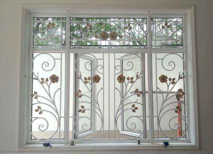 Cửa sổ sắt kính 4 cánh màu trắng có song chắn hoa văn nghệ thuật