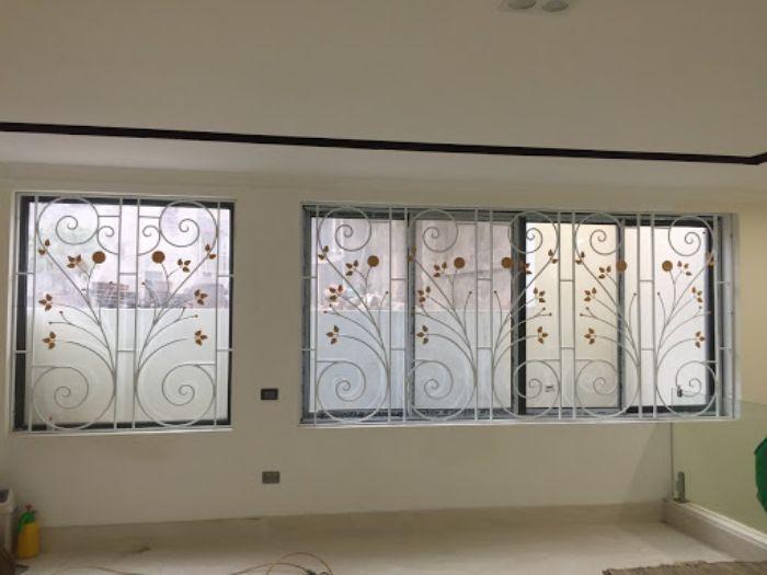 Cửa sổ sắt kính 4 cánh màu đen có song chắn hoa văn