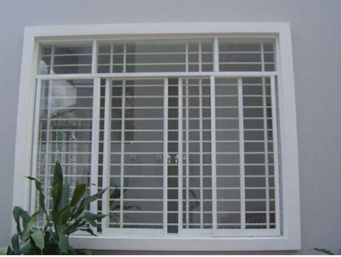 Cửa sổ sắt kính 4 cánh màu trắng mở trượt cho nhà ống