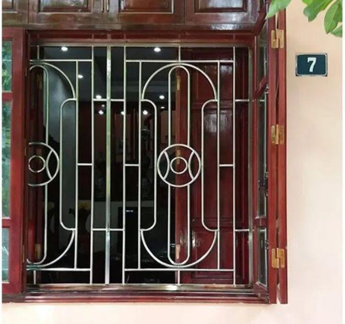 Cửa sổ sắt có phần khuôn cửa được cố định bằng 2 thanh sắt trên và dưới