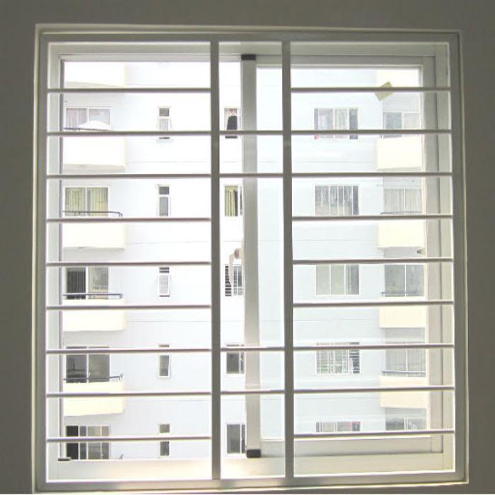 Cửa sổ sắt 2 cánh mở lùa với phần khung được thiết kế đơn giản