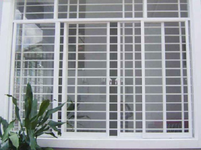 Mẫu cửa sổ sắt đẹp 4 cánh màu trắng mở lùa có phần song thiết kế ngang