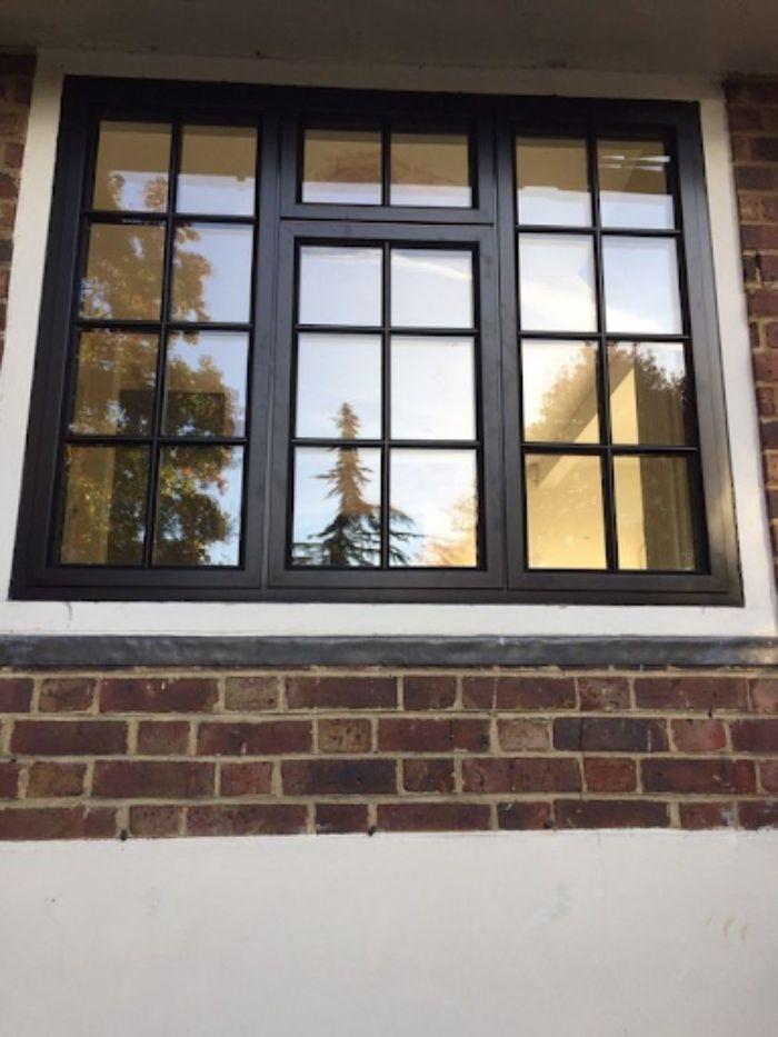 Cửa sổ sắt màu đen kết hợp với tấm kính màu